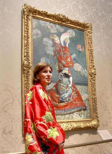"John Blanding/Globe Staff  Sue Danielson, a visitor from Kentucky, wore a museum-provided kimono last month in front of Claude Monet's ""La Japonaise."""